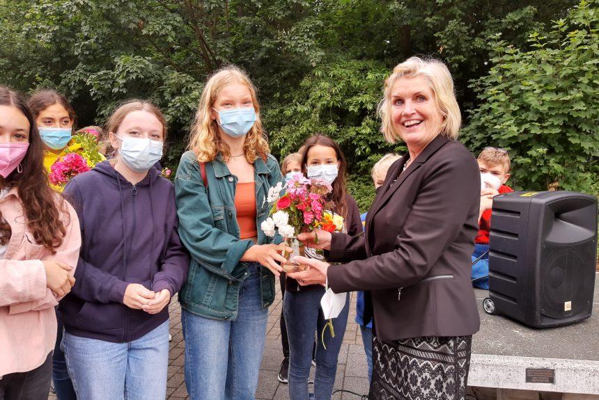 """""""We say goodbye, and you say hello"""" – Das KANT verabschiedet Schulleiterin Barbara Schönfeld und Lehrerin Martina Kelling"""