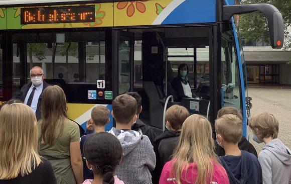 Füße weg und Abstand wahren – Das Bustraining für die Jahrgangsstufe 5 am KANT