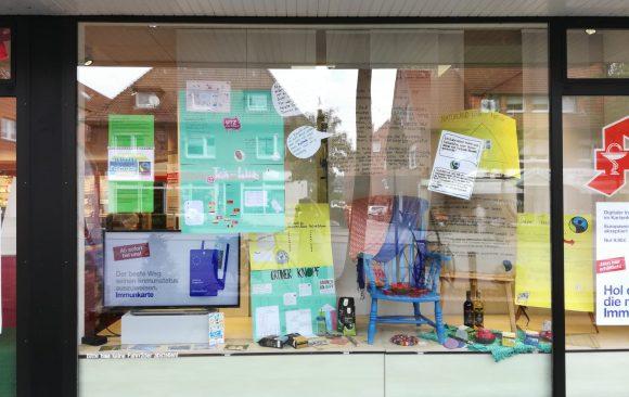 """Schaufenster-Aktion des KANT in der Clemens-Apotheke zum Thema """"Fairtrade"""""""